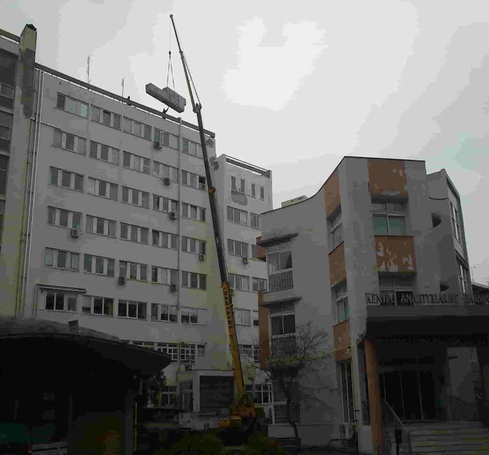ανύψωση βαρέων φορτίων με γερανοφόρο στο Νοσοκομείο ΑΧΕΠΑ